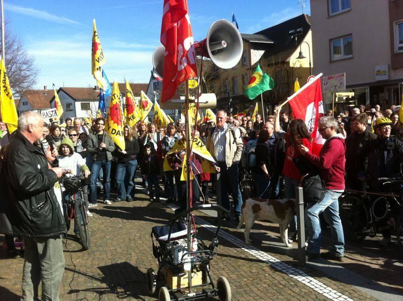Rund 2.000 Menschen demonstrieren in Biblis für den Ausstieg aus der Atomenergie
