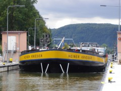 Neckarfrachter bei der Einfahrt in die Schleuse Guttenbach (Bild: Wasser- und Schifffahrtsamt Heidelberg)