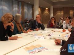 Diskussionsrunde über Demokratie in Kommunen