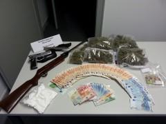 Drogen, Geld und Waffen sichergestellt