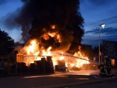 Reifenlager in Flammen