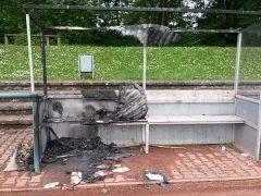 Trainerbank und Rasen in Brand gesetzt