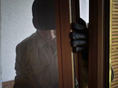 Bewohnerin von Einbrecher geweckt