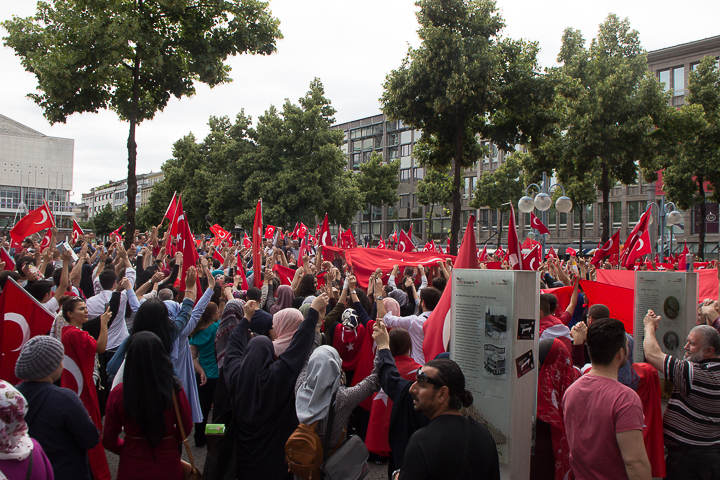Demo Tuerken nach Militaerputsch Paradeplatz Mannheim-16. Juli 2016-IMG_8599