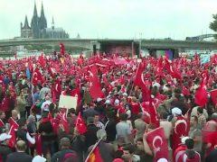 Entscheidet Euch – geht nach Hause als Türken oder seid zu Hause als Deutsche