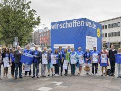 Riesiger blauer Würfel am Hauptbahnhof kündigt Freiwilligentag am 17. September an