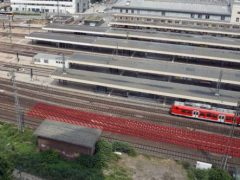 Der neue Bahnsteig F entsteht südlich der vorhandenen Bahnsteige, parallel zur B36 (vorderer Bildbereich). Foto: Deutsche Bahn