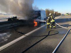 Mercedes Sprinter brennt auf der Autobahn aus