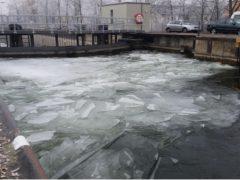 Das Eis macht den Neckar schwer beschiffbar