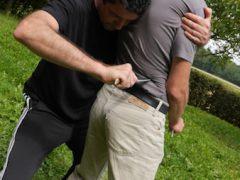 Bei einem Messerangriff rennt man oder kämpft um sein Leben