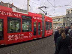 """Rote """"Plankenbahn"""" wirbt für Shopping-Stadt Mannheim"""