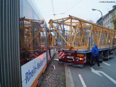 Unfall zwischen Straßenbahn und Lkw sorgt für Verkehrschaos