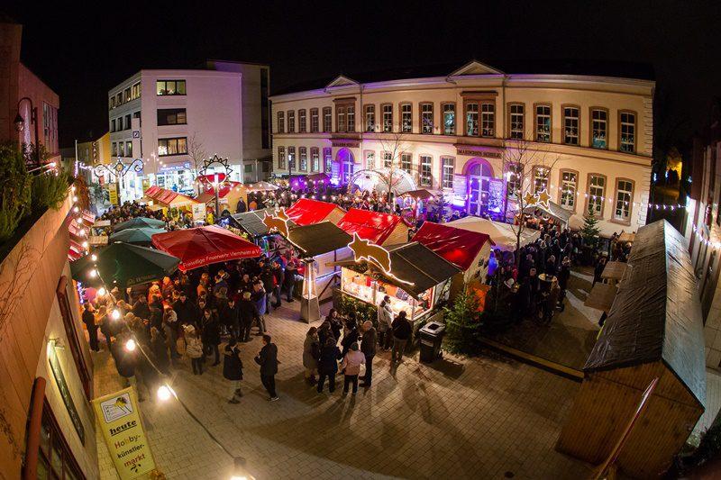 Verschiedene Attraktionen auf dem Weihnachtsmarkt in Viernheim (Foto: Stadt Viernheim).