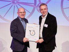 Verkehrsminister Winfried Hermann überreicht Klaus Elliger (Leiter des Fachbereichs Stadtplanung) die Auszeichnung (Foto: Stadt Mannheim / Ben Van Skyhawk).