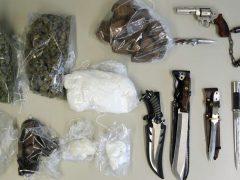 Mehrere Kilogramm Rauschgift, Messer und Schreckschusswaffe sichergestellt