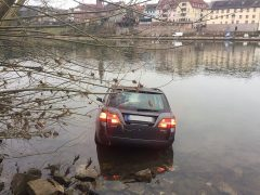 Pkw rollt in Neckar