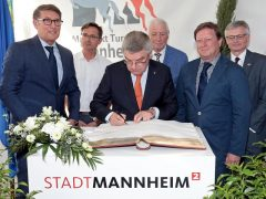 IOC-Präsident Dr. Thomas Bach trägt sich ins Goldene Buch der Stadt Mannheim ein