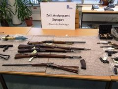 Zoll beschlagnahmt umfangreiche Waffensammlung und Munition