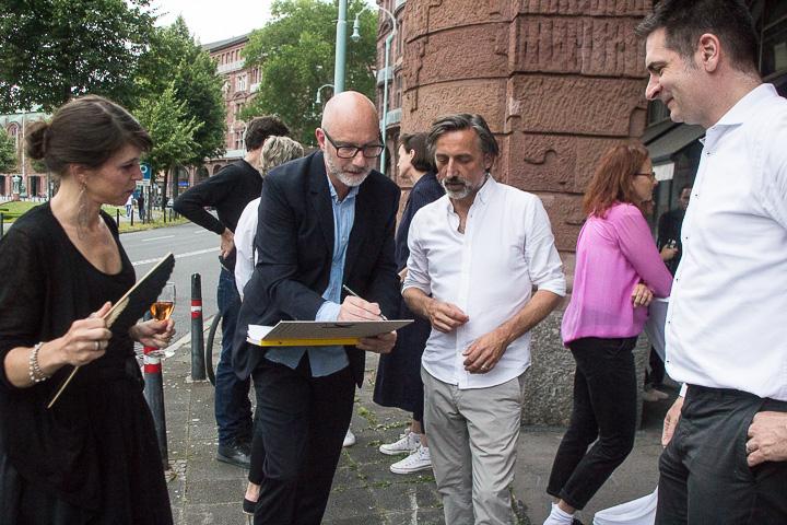 Bei der Ausstellungseröffnung waren Signaturen der Fotokünstler gefragt.