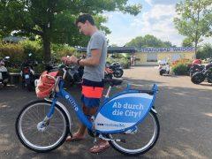 Waidsee im Sommer mit Fahrrad-Vermietstation