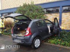 Auto durchbricht Schulwand