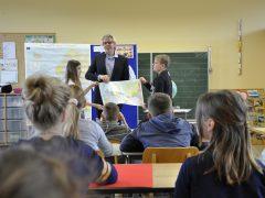 Schulstunde mit kleinen Europäern